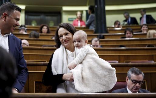 Carolina Bescansa con su hijo en el Congreso de los Diputados